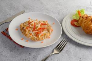 pain torsadé aux amandes décoré d'oignons et de carottes photo