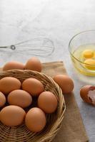 oeufs biologiques et huile pour la préparation au four