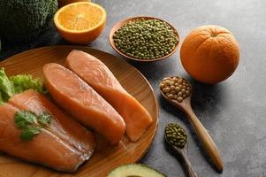 Morceaux de saumon sur une assiette en bois