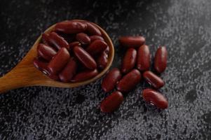 haricots rouges dans une cuillère en bois