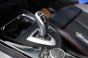 levier de vitesse sur une voiture moderne photo