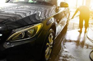 voiture noire en cours de lavage