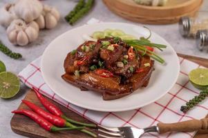 porc sucré avec oignons verts hachés, piment, citron vert, concombre, tomate et ail photo