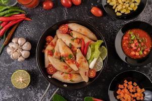 salade de boulettes de viande épicée avec piment, citron, ail et tomate