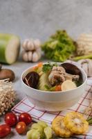 soupe de poulet au maïs, champignons shiitake, champignons enoki et carottes