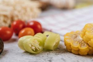 Gros plan de piment, tomate et maïs photo