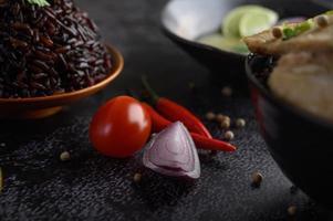 gros plan, de, oignons rouges, piment, et, tomates, à, riz violet photo