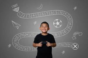 jeune garçon joue à des jeux de stratégie amusants, concept abstrait