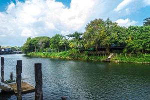 maisons sur la rivière chanthaburi avec ciel bleu nuageux photo