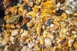 cailloux colorés sous l'eau pour le fond photo