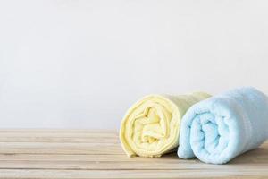 serviettes enroulées jaunes et bleues photo