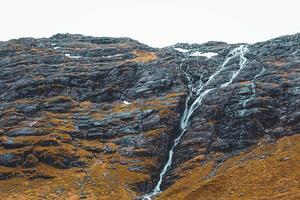 cascade dans une montagne de roche noire photo