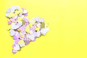 coeurs de confettis sur jaune