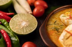 oeuf au curry vert avec des ingrédients