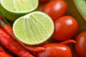 gros plan lumineux de citron vert, ail, tomate et poivrons