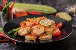 salade de saucisse de porc vietnamienne avec piment, citron, ail et tomate