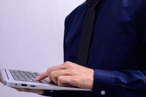 professionnel tenant un ordinateur portable