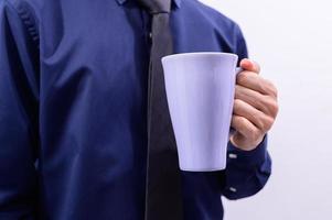 homme tenant une tasse de café photo