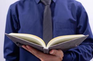 professionnel tenant un livre ouvert