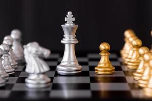 pièces d'échecs en argent et or