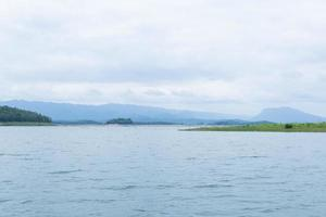 barrage d'eau dans les montagnes photo