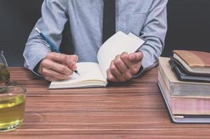 personne qui écrit dans un livre
