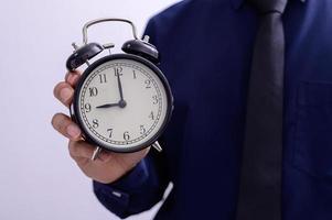 personne tenant une horloge
