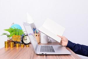 professionnel tenant un livre à un bureau