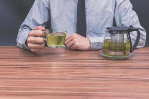 personne avec une tasse de thé photo