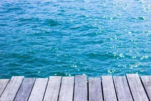 plateau en bois pour l'affichage avec de l'eau bleue pour le fond