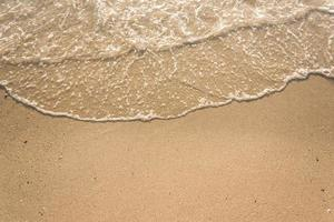 vagues de l'océan sur la plage de sable photo