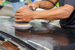 homme polissant une voiture photo