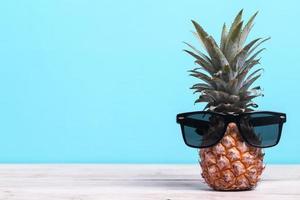ananas portant des lunettes de soleil photo