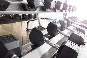 haltères sur des supports dans une salle de sport