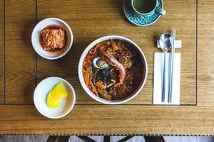 Vue de dessus de la soupe de fruits de mer épicée coréenne aux crevettes royales photo