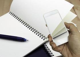 téléphone prenant une photo de cahier