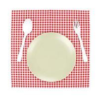 assiette et argenterie sur nappe