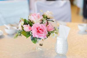 vase à fleurs avec une rose rose photo
