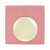 assiette sur nappe rouge