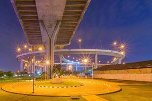 Pont de Bhumibol à Bangkok la nuit