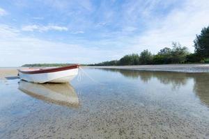 petit bateau sur la plage photo
