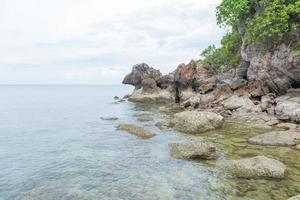 plage rocheuse au bord de la mer en thaïlande