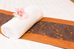serviette posée sur le lit photo