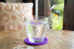 un verre d'eau froide photo