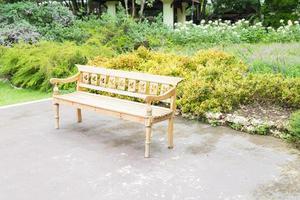 banc blanc dans le parc
