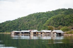 station au bord de la rivière
