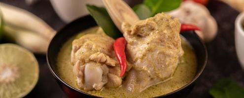 plat de curry vert avec poulet, chili et basilic et tomate et citron vert