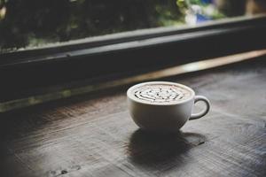 une tasse de café sur une table en bois