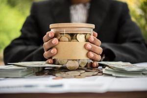 argent dans un bocal en verre dans la nature, concept d'investissement