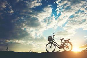 silhouette d'un vélo garé sur une montagne photo
